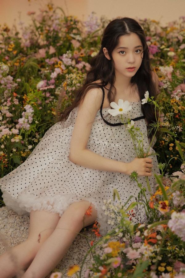 欧阳娜娜这份清新自然的个性与法国娇兰花草水语系列的自然香氛印记如出一辙