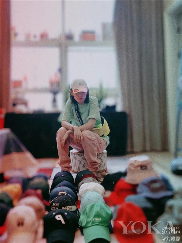 刘雅瑟摆帽摊(图片来源于刘雅瑟绿洲)