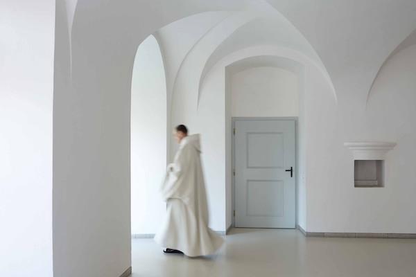 修道院的手工调制为Fresh馥蕾诗古源修护系列注入了非凡的传奇活力与精神能量