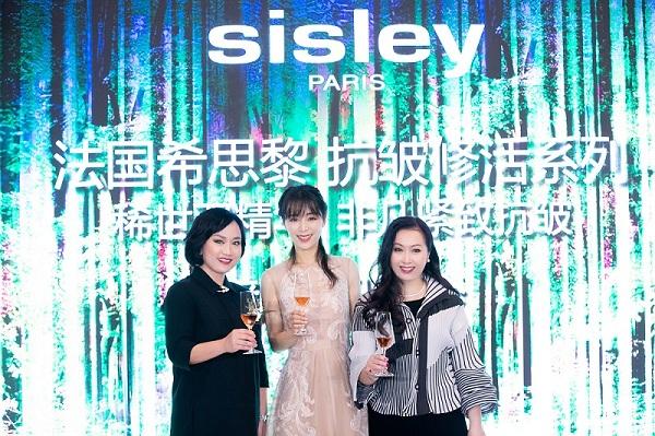 (右一)Sisley法国希思黎中国总经理彭嘉颖 (右二)Sisley法国希思黎首位奢华线形象大使张静初 (左一)Sisley法国希思黎中国培训总监金莉