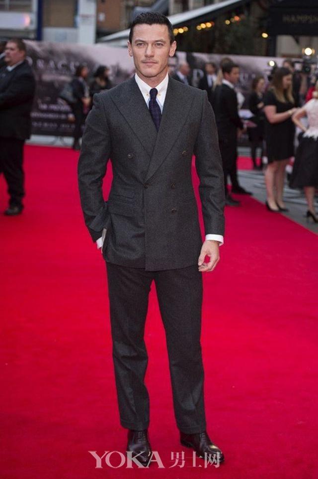 Luke Evans身着双排扣西装出席首映发布会